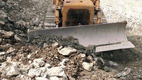 Front View Of Bulldozer Moving-Rotsen naar Camera stock videobeelden