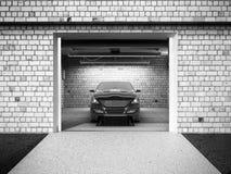 Front View d'un garage avec un intérieur de la voiture 3D avec le rouleau ouvert Photographie stock