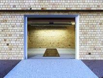 Front View d'un intérieur ampty du garage 3D avec la porte ouverte de rouleau Photos libres de droits