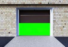 Front View d'un intérieur du garage 3D avec la porte ouverte 3D de rouleau au sujet de Photos stock