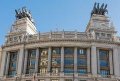 Front View da construção do Quadriga sobre uma construção na rua do ¡ de Alcalà no Madri imagens de stock