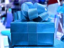 Front View de boîte-cadeau carré bleu brillant avec l'arc de ruban bleu de scintillement Image libre de droits