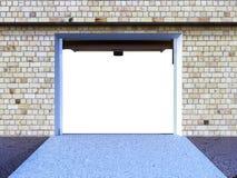 Front View de un interior ampty del garaje 3D con la puerta abierta del rodillo Imagen de archivo
