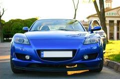 Front View del nuevo coche deportivo azul limpio con la puerta abierta parqueada en la calle durante Sunny Summer Day fotos de archivo libres de regalías