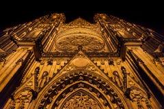 Front View della st Vitus Cathedral, castello di Praga alla notte Fotografie Stock