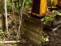 Front View des Bulldozers im Wald Stockbilder
