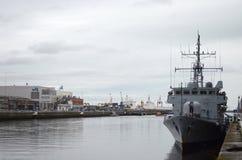 Front View do barco da Armada irlandês no rio Liffey em Dublin, Irlanda Fotografia de Stock
