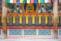 Front View Of Metal Praying-Cilinders in een Boeddhistische Tempel stock afbeeldingen