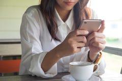 Front View mujer que juega el teléfono móvil mientras que tome una rotura en el MOR Foto de archivo