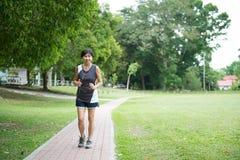 Front View Of Senior Woman-Jogging door Park Stock Foto's