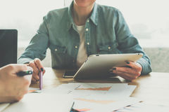 Front View teamwork Primo piano del computer della compressa in mano femminile Donna di affari che mostra penna sui grafici sulla Fotografie Stock