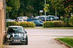 Front View Of Youth Stylish-Hippie-grüne Farbe Mini Cooper Car stockbilder
