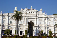 Front von Jaivilas-Palast Stockbilder