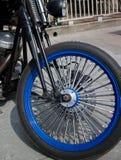 Front Wheel mit blauen Kanten und fetten Chrome-Speichen der Weinlese Styl Stockfotografie