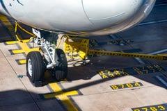 Front Wheels Boeing 747 på ställning Royaltyfria Bilder