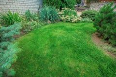 Front Yard Landscaping Um jardim da frente belamente manicured com um jardim completo dos perennials e dos anuários fotografia de stock royalty free