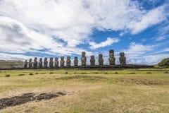 Frontaal overzicht van 15 moais van Tongariki stock afbeeldingen