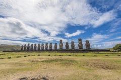 Frontaal overzicht van 15 Tongariki moai met blauwe hemel royalty-vrije stock afbeeldingen