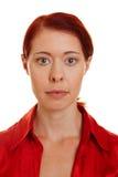 Frontaal portret van vrouw met rood Royalty-vrije Stock Afbeelding