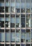 Frontal genomskinlig skyskrapadetalj Arkivbilder