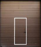 Frontal sikt av den bruna metallgarageporten Royaltyfria Bilder