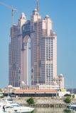 Frontal sikt av den Fairmont Marina Residences byggnaden Arkivbilder