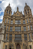 Frontal sikt av hus av parlamentet, slott av Westminster, London, England Royaltyfri Foto