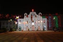 Frontal sikt av tappningkyrkan som dekoreras för ferier i Vasai, Bombay royaltyfria bilder