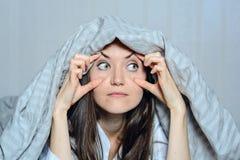 Frontal stående för närbild av en kvinna som rymmer henne ögon med hennes händer som lider från sömnlöshet Skräck mardrömmar och  Arkivbilder