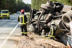 frontale botsing van Volvo en vrachtwagen met tanker voor vervoer van benzine , in Letland op de A9 weg, 17 Augustus, 2018 royalty-vrije stock fotografie
