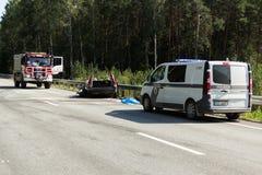 frontale botsing van Volvo en vrachtwagen met tanker voor vervoer van benzine , in Letland op de A9 weg, 17 Augustus, 2018 royalty-vrije stock foto