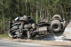 frontale botsing van Volvo en vrachtwagen met tanker voor vervoer van benzine , in Letland op de A9 weg, 17 Augustus, 2018 stock fotografie