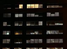 Frontale mening van de nachtvoorgevel van de bouw royalty-vrije stock afbeeldingen