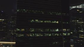 Frontale mening van de nachtvoorgevel van de bouw met heel wat aangestoken vensters schot Voorgevel de bouw met meerdere verdiepi royalty-vrije stock afbeelding