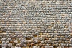 Frontale mening van een gebroken geweven oude steenmuur Stock Fotografie
