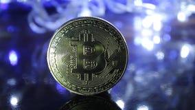 Frontale mening van gouden Bitcoin met de achtergrond van het bokeh lichteffect Cryptocurrencyconce stock videobeelden
