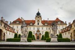 Frontale mening van het barokke Kasteel van Valtice stock afbeelding