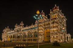 Frontale mening van het Paleis van Mysore bij nacht, Mysore India Royalty-vrije Stock Foto's