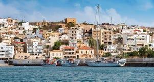 Frontale mening van kustlijn van Sitia stad op het eiland van Kreta, Griekenland Royalty-vrije Stock Foto