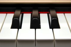 Frontale Nahaufnahme der Klavier-Tasten Stockfotografie