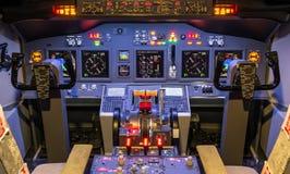 Cockpit av en hemlagad flygsimulator - Boeing 7 Arkivbild