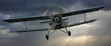 Frontaler Angriff des Flugzeuges Stockfotos
