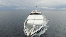 Frontaler Luftschuß eines weißen Schiffchens stock video