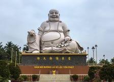 Frontansicht auf enormer weißer sitzender Buddha-Statue, Vietnam. Lizenzfreie Stockbilder