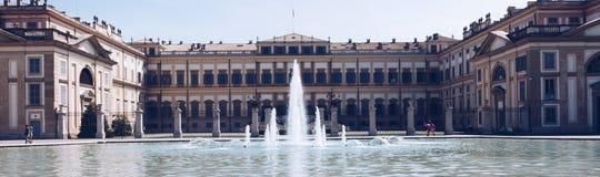 Frontansicht Monzas ITALIEN IM JULI 2018 des wirklichen Palastes mit Brunnen lizenzfreies stockbild