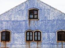 Frontansicht von Rusted Fenstern und Schmutz galvanisierten Haus Lizenzfreie Stockfotos