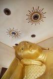 Fronte adagiantesi della statua dell'oro del Buddha Bangkok, Tailandia Fotografia Stock Libera da Diritti