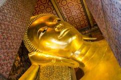 Fronte adagiantesi della statua dell'oro del Buddha Wat Pho, Bangkok, Tailandia Immagine Stock