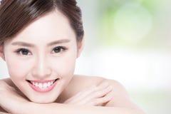 Fronte affascinante di sorriso della donna Immagine Stock