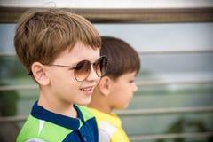Fronte alto vicino con il ritratto sorridente del bambino, ragazzo felice in Sunglases che gode delle vacanze estive primo piano, immagine stock libera da diritti